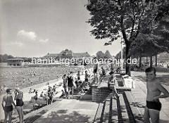 Freibad im Stadtparksee - Kinder am Seeufer, im Hintergrund die Stadthalle.