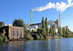 Müllverwertungsanlage Borsigstrasse in Hamburg Billbroo - Blick über den Tiefstackkanal; rauchende Schornsteine.