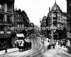 Blick in Kaiser-Wilhelm-Strasse in der Hamburger Neustadt; Pferdefuhrwerke und Strassenbahn, Passanten.