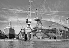 Schwimmdocks, eingedockte Schiffe auf der Norderwerft am Reiherstieg in Hamburg Steinwerder. Lks. der eingedockte historische Stückgutfrachter MS Bleichen - das denkmalgeschützte Museumsschiff  soll mit den Werftarbeiten wieder fahrbereit werden. Re.
