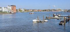 Blick in die Billwerder Bucht in Hamburg Rothenburgsort - Sportboote und Industrieanlagen am Ufer.
