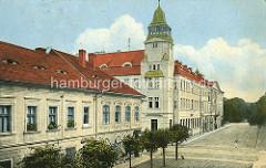Historische Ansicht aus Theresienstadt / Terezin - Rathausstrasse und Postgebäude mit Erkerturm.