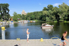 Lauf der Havel in Oranienburg - Sportboot auf dem Fluss, im Hintergrund das Dach vom historischen Getreidespeicher.