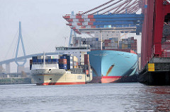 Der Containerfeeder Bianca Rabow  läuft aus dem Waltershofer Hafen aus; der Containerfrachter Edith Maersk liegt unter den Containerbrücken am Terminal Eurogate - im Hintergrund die Köhlbrandbrücke, eines der Hamburger Wahrzeichen.