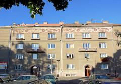 Wohngebäude in Terezin / Theresienstadt - Fries unter dem Dach.