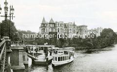 Historische Ansicht vom Fähranleger Mühlenkamp  in Hamburg Winterhude - ein Alsterdampfer hat angelegt. Im Hintergrund eine Villa in Uhlenhorst.