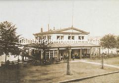Alsterpavillion mit Aufschrift - Tische mit Gästen an der Binnenalster; historisches Bildmaterial aus der Hansestadt Hamburg.