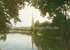 Historische Ansicht vom Kuhmühlenteich in Hamburg Uhlenhorst, Lauf der Wandse / Mundsburger Kanal - am Ufer die 1886 geweihte St. Gertrud Kirche, Architekt Johannes Otzen.