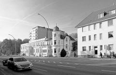 Schwarz-Weiss, Alt + Neu; Wandsbeker Chaussee in Hamburg Wandsbek.