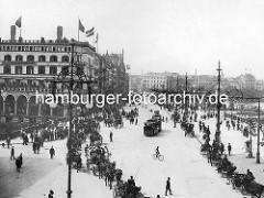 Altes Bild vom Hamburger Jungfernstieg - Kutschen mit Fahrgästen fahren auf der Strasse - Passanten / Fussgänger und Strassenbahnen. Hohe Kandelabern / schmiedeeiserne Strassenlampen am Strassenrand.