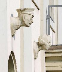 Fassade Postgebäude am Bahnhofsplatz in Oranienburg - Büsten historisches und modernes Fernmeldewesen.