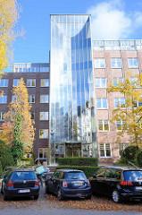 Bürogebäude mit Glasfassade, Herbstbäume - Dorotheenstrasse in Hamburg Winterhude.