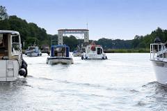 Sportboote fahren in die  Lehnitzschleuse in Oranienburg ein.  Die Schleusenanlage Lehnitz wurde 1910 erbaut - sie hat eine nutzbare Länge von 80 Meter und eine Breite von 10 Metern - die Hubhöhe beträgt ca. 5,65 m.