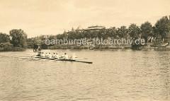 Historische Aufnahme von der Hamburger Aussenalster - ein Ruderboot fährt auf dem Wasser - im Hintergrund die Brücke über den Rondeelkanal und die Strasse Bellevue in Hamburg Winterhude.