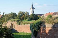 Blick über die Festungsanlagen  Terezin, Theresienstadt; Kirchturm der 1805 erbauten Garnisionskirche.