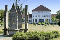 Blick zum Louise Henriette Gymnasium in Oranienburg, eröffnet 1994 in dem ehem.Stabsgebäude der sowjetischen Garnison. Im Vordergrund Gedenkstätte Denkmal der Gefallenen des 1. Weltkrieges.
