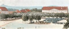 Historischer Blick auf den Marktplatz, Paradeplatz von Terezin / Theresienstadt - Truppen stehen auf dem Platz, im Hintergrund das Rathaus der Stadt.