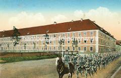 Historische Darstellung der Infanterie-Kaserne in Theresienstadt - marschierende Soldaten mit Gewehr geschultert - Offizier zu Pferde.