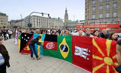 Ein Weltschal aus 207 Flaggen schmückte das Hamburger Rathaus als Zeichen für die Weltoffenheit der Hansestadt; danach wurde der Schal am Jungfernstieg entlang getragen. Der Weltschal ist ein Projekt der Hamburger Designerin Sibilla Pavenstedt.