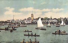 Historisches Hamburg - Uhlenhorst / Blick über die Aussenalster zum Uhlenhorster Fährhaus. Ruderboote und Segelboote auf der Alster, dazwischen Alsterdampferr.