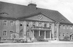 Historische Aufnahme vom Postgebäude in Oranienburg - Architektur der 1930er Jahre mit Reichsadler an der Hausfassade.