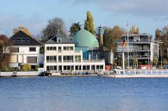 Blick auf das Alsterufer in Hamburg Uhlenhorst - Kuppel vom Islamischen Zentrum Hamburg an der Schönen Aussicht.