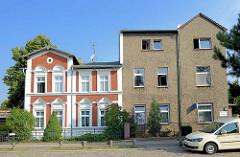 Restauriertes Gründerzeit Wohnhaus neben Wohnblock mit Rauhputzfassade - Architekturbilder aus Oranienburg.