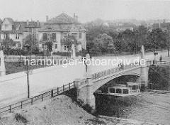 Historisches Bild von der Goernebrücke über die kanalisierte Alster - ein Alsterdampfer passiert den Brückenbogen - im Hintergrund  Wohnhäuser / Stadtvilla am Leinpfad.