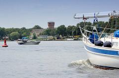 Sportboote auf dem Lehnitzsee bei Oranienburg - am Ufer der historische Wasserturm, jetzt eine Erlebnisanlage.
