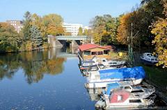 Sportboote - Motorboote in Hamburg Hamm - im Hintergrund der Rückertkanal mit Fussgängerbrücke.