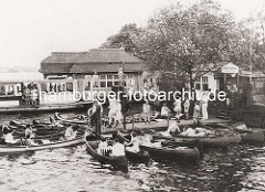 Altes Bild von der Hamburger Aussenalster - Kanus an der Rabenstrasse - Alsterdampfer und Anleger.