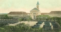 Historischer Blick auf den Marktplatz, Paradeplatz von Terezin / Theresienstadt - Truppen stehen auf dem Platz, im Hintergrund Verwaltungsgebäude und Garnisonskirche.