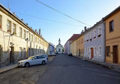 Blick durch die Strasse Havlíčkova in Terezin / Theresienstadt zur Garnisonskirche,