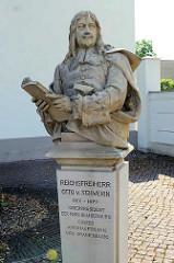 Denkmal Reichsfreiherr Otto v. Schwerin am Oranienburger Schloss - Oberpräsident der Mark Brandenburg, Erster Amtshauptmann von Oranienburg.