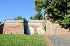 Festungsmauer in Terezin, Theresienstadt in der der Grundstein der Festung am 10. Oktober 1770 gelegt wurde. Inschrift: Der Kaiser Joseph II., Erweiterer des Reichs und Landsvater hat am 10. Oktober 1780 den Grundstein für dieses ewige Werk gelegt. D