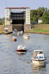 Sportboote verlassen die Lehnitzschleuse in Oranienburg und fahren in den Lehnitzsee / Havel ein.  Die Schleusenanlage Lehnitz wurde 1910 erbaut - sie hat eine nutzbare Länge von 80 Meter und eine Breite von 10 Metern - die Hubhöhe beträgt ca. 5,65 m