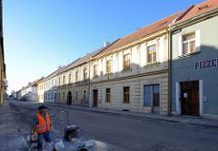 Wohnhäuser, Pizzeria in der Dlouhá von Terezin, Theresienstadt - Strassenbau.