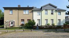 Wohnhäuser in der Waldstrasse von Oranienburg - Fassade in grauem Rauhputz sowie Gebäude mit farblich abgesetzter Fassade / alt + neu.