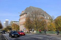 Gebäude der Hochschule für Bildende Künste am Lerchenfeld in Hamburg Uhlenhorst; erbaut 1911 - 1913, Architekt Oberbaudirektor Frith Schumacher; im Hintergrund Hochhäuser an der Mundsburg.