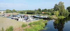 Marina an der Havel in Oranienburg - Motorboote liegen geschützt im Hafenbecken.