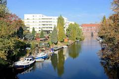 Schrebergärten / Kleingärten mit Motorbooten am Ufer vom Rückertkanal; Neubauten und Klinker Wohnäuser am Mittelkanal.