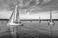 Segelregatta auf der Aussenalster vor Hamburg St. Georg - in der Windstille dümpeln die Boote auf der Alster.