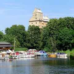 Marina an der Havel in Oranienburg - altes Speichergebäude / Kornspeicher; das historische Gebäude, Wahrzeichen Oranienburgs soll zu Wohnungen umgebaut werden.