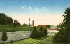 Historische Ansicht der Festung / Festunggraben in Theresienstadt - im Hintergrund der Kirchturm der Garnisonskirche.