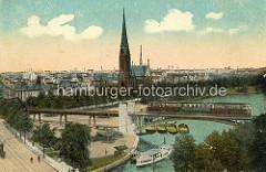 Alte Darstellung der Hochbahnbrücke / Kuhmühlenbrücke in Hamburg Uhlenhorst - ein Zug der Hochbahn fährt auf der Brücke, ein Alsterdampfer  liegt am Anleger, dahinter Schuten am Kai und die St. Gertrud Kirche.