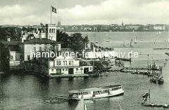 Historische Aufnahme vom Uhlenhorster Fährhaus, Blick über den Langen Zug, Ruderboote und Segelboote in Fahrt, ein Alstedampfer fährt in die Aussenalster ein.