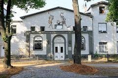 Gewerbegebäude im Rauhputzfassade - Fassadenmalerei, Schmiede bei der Arbeit / Haus deutscher Schmiedekunst.