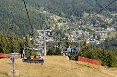 Seilbahn / Vierersessellift von Špindlerův Mlýn Spindlermühle zur Oberstation beim Berggipel   Medvědín; Höhenunterschied 490m. Blick auf den Ort Špindlerův Mlýn / Spindlermühle -