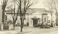 Eingang zum Uhlenhorster Fährhaus an der Fährhausstrasse in Hamburg Uhlenhorst - eine Limousine steht in der Auffahrt.