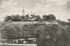 Elbpark in der Hamburger Neustadt - Café / Restaurant und Windmühle auf dem Hügel. Ursprünglich war das Gelände Teil der Bastion Casparus der Hamburger Wallanlagen. Im Hintergrund die Kirchturmspitze der Hamburger St. Michaeliskirche.